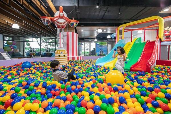 淡水福容飯店耗資千萬,打造親子體能館「淡水阿熊勇闖歡樂島」,300坪遊樂設施,下雨天也不用擔心無處溜小孩!