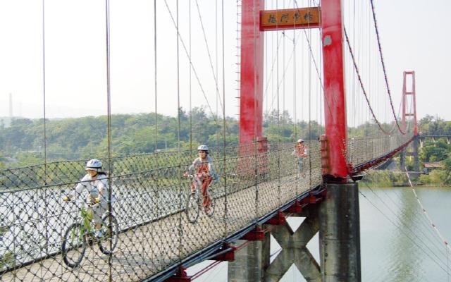 遠眺出海口 龍門吊橋