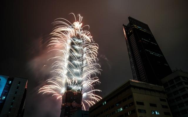 煙花燦爛。台北跨年之旅